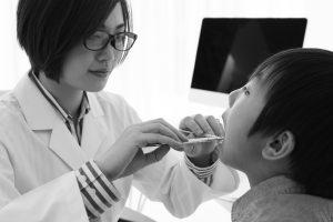 小中高生の「未受診」の背景に親の長時間労働や経済的困難